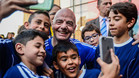 Infantino, presidente de la FIFA, con unos niños