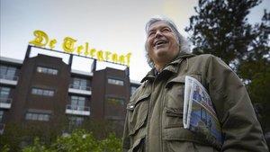 Jaap de Groot, frente al rotativo holandés De Telegraaf en Amsterdam