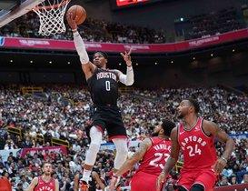 El jugador de los Houston Rockets Russell Westbrook en acción con el balón durante los Juegos de la NBA Japón 2019 entre los Houston Rockets y los Toronto Raptors en el Saitama Super Arena en Saitama, Japón.