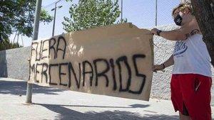 Los jugadores del Barcelona fueron recibidos con pancartas en la Ciudad Deportiva