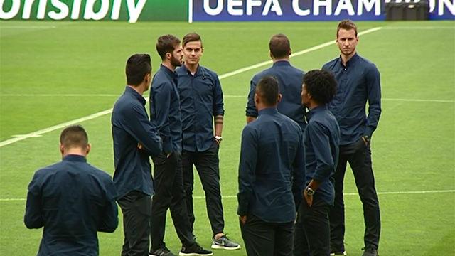 Los jugadores de la Juventus comprobaron el estado del césped del Camp Nou