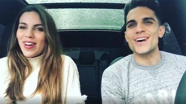 Marc Bartra y Melissa Jiménez se divierten cantando en el coche