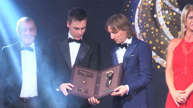 El momento en el que Modric recibe el Golden Foot