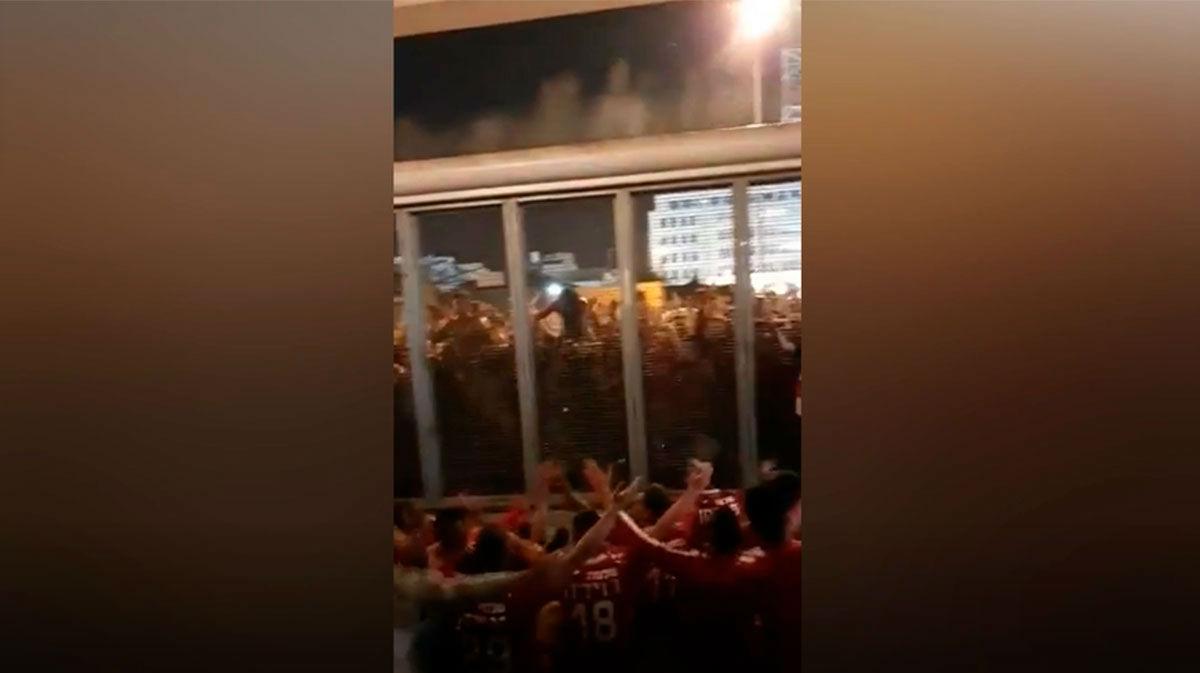 ¿Otro más? Esta vez en Tel Aviv: cientos de aficionados del Hapoel celebran en masa y con el equipo la victoria
