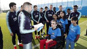 Pablo, en silla de ruedas, entrega a Jordi Alba la libreta con las nuevas reglas de juego