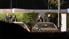 La policía, investigando en el lugar donde ocurrió el ataque al Dortmund