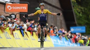 Roglic entra triunfante en el Col de Porte
