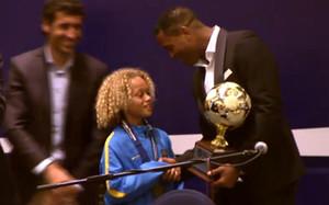 Xavi Simons recoge el premio de manos de Patrick Kluivert ante la mirada de Raúl González