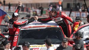 Alonso y Coma celebran su resultado en el Dakar