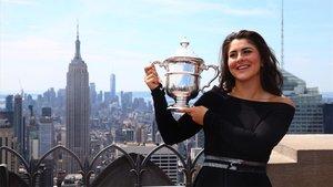Andreescu posa con su primer trofeo de Grand Slam en Nueva York