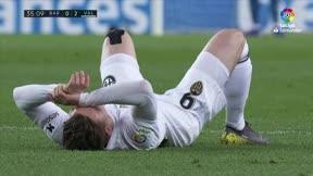 Brutal choque de cabezas que dejó a Piqué sangrando y Gameiro tuvo que pedir el cambio