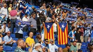 Dos socios del Espanyol fueron agredidos por desplegar una estelada