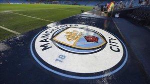 El escudo del Manchester City en el Etihad Stadium