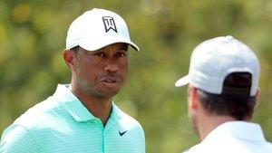 La espalda de Tiger le dio un susto el miércoles, previo al torneo