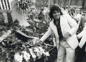 Flores y lágrimas. Maradona, en la ofrenda floral de 1983, días antes de sufrir una gravísima lesión de tobillo