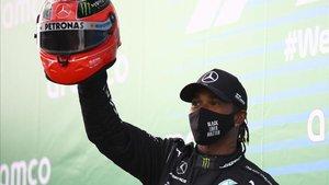 Hamilton con el mítico casco de Michael Schumacher.