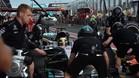 Hamilton y los técnicos de Mercedes, en Albert Park