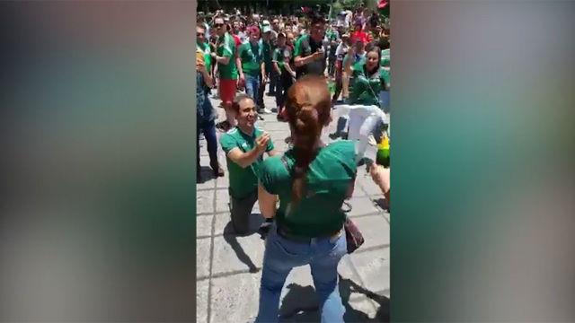 Un hincha le pide matrimonio a su novia tras la victoria de México