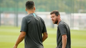 Leo Messi sale al campo de entrenamiento junto a Luis Suárez (de espaldas) en la Ciudad Deportiva Joan Gamper