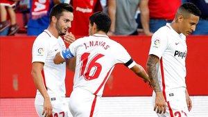 Los jugadores del Sevilla celebran el primer gol conseguido por Sarabia