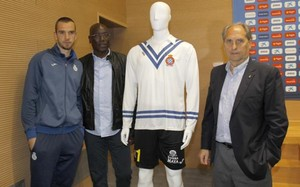 Pau, NKono y Coco Bertomeu, ante la camiseta que vestirá el primero en el Espanyol-Celta
