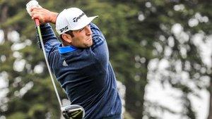 Rahm ejecuta un golpe en la primera vuelta del PGA Championship