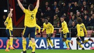 Saka celebra con sus compañeros el 1-0 en Bournemouth