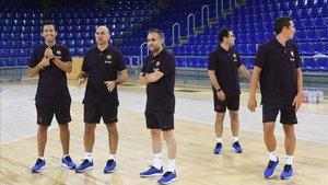 El segundo entrenador Miguel Andrés y otros miembros del staff
