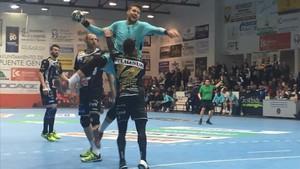 Szyprzak lanza durante el partido en Puente Genil