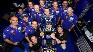 Uccio Salucci, el amigo de Rossi, junto a los componentes del equipo Yamaha