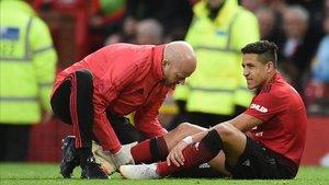 Alexis es tratado de su lesión en la rodilla en el partido del sábado ante el Southampton