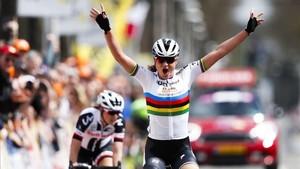 Chantal Blaak celebra la victoria en la Amstel