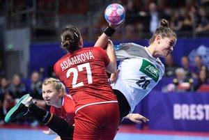 Emily Bolk (R), de Alemania, compite con Petra Adamkova de la República Checa durante el partido de la ronda preliminar del grupo D del Campeonato Femenino Euro 2018 entre Alemania y República Checa en el Brest Arena, en Brest.
