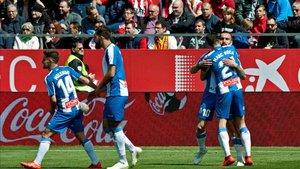 Los jugadores pericos celebrando durante la victoria en Montilivi
