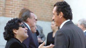 Maradona y Valdano conversando durante el entierro de Sara Freites, esposa de Alfredo di Stéfano, en Madrid