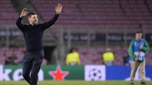 Mauricio Pochettino saluda a los aficionados del Tottenham desplazados al Camp Nou
