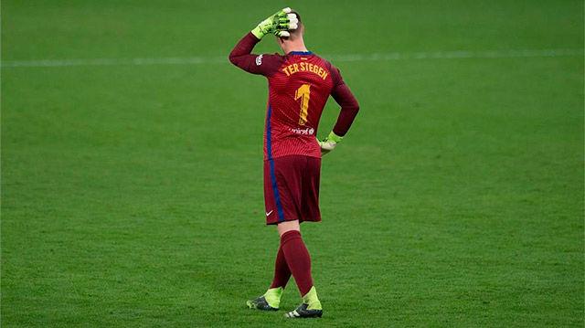 Otro fallo más en defensa del Barça puso en bandeja el gol a Negredo