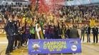 La plantilla y los técnicos del FC Barcelona de hockey patines levantan su 21ª Copa de Europa