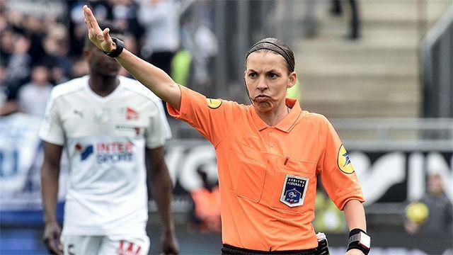 Stephanie Frappart, la primera mujer árbitro de la Ligue 1