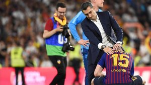Valverde consuela a Lenglet después de la final de la Copa del Rey