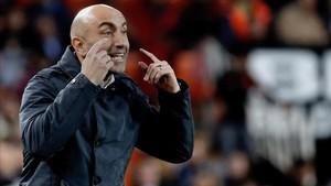 Abelardo dando órdenes a sus jugadores en la banda de Mestalla