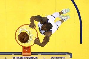 Andre Iguodala de los Golden State Warriors encesta contra los Portland Trail Blazers en el primer partido de las final de la Conferencia Oeste en el ORACLE Arena en Oakland, California.