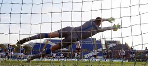 Andrea Belotti de Torino (atrás C) marca el 1-0 desde el punto de penalti contra el portero de Brescia Jesse Joronen (delantero) durante el partido de fútbol entre Brescia Calcio y Torino FC en el estadio Mario Rigamonti en Brescia, Italia.