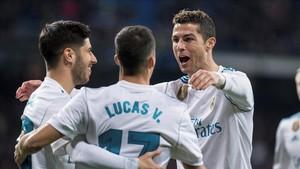 Asensio celebra con Lucas y Cristiano el gol del portugués