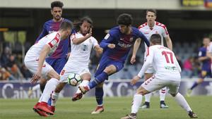 Carles Aleñá rodeado de rivales en el Barça B - Rayo Vallecano de la temporada 2017/18