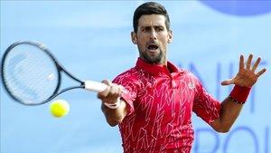 Djokovic trabaja en pista dura
