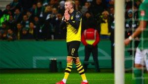Erling Haaland se lamenta de la ocasión desperdiciada en la derrota del Dortmund en la DFB Pokal, ante el Werder Bremen