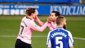 Griezmann celebra con Messi el único gol del Barça ante el Alavés