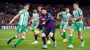Leo Messi, rodeado de rivales en el Barça-Real Betis de LaLiga 2018/19