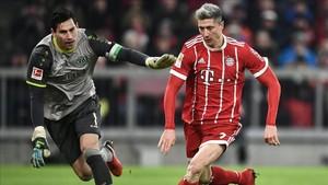 Lewandowski en acción durante el juego ante el Hannover